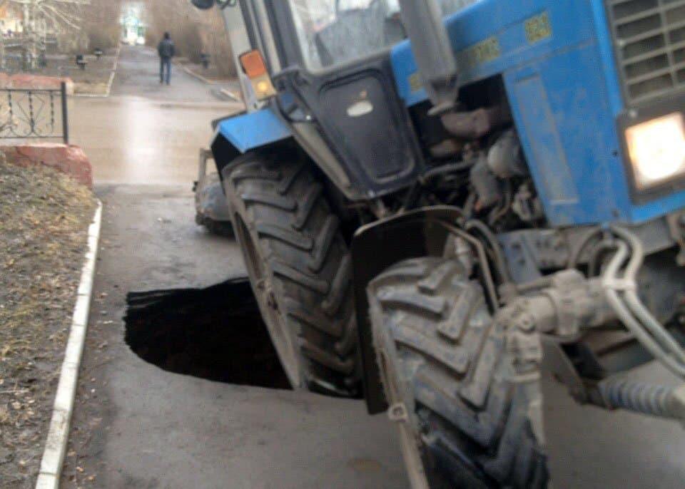 В Башкирии трактор на дороге провалился в пустоту