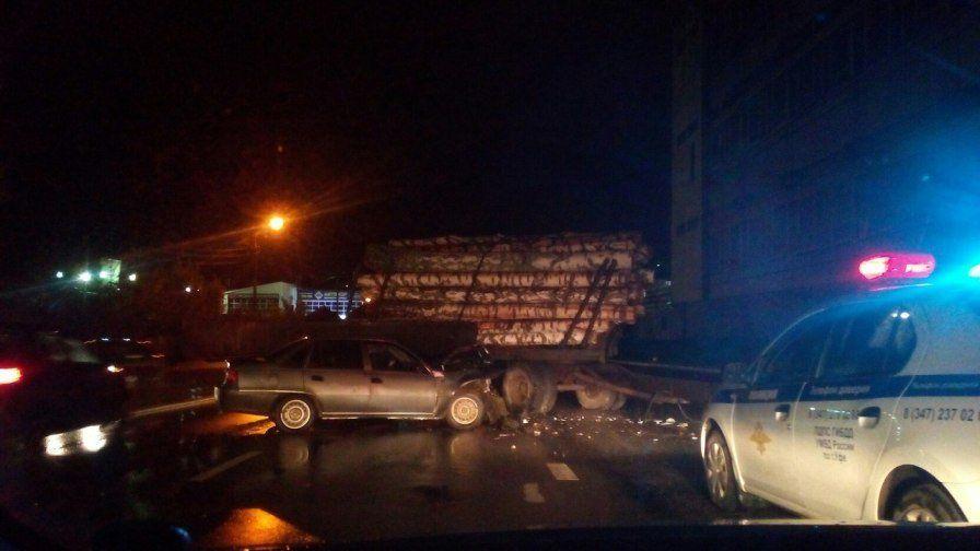 ВУфе прицеп грузового автомобиля сбревнами снес «Нексию»