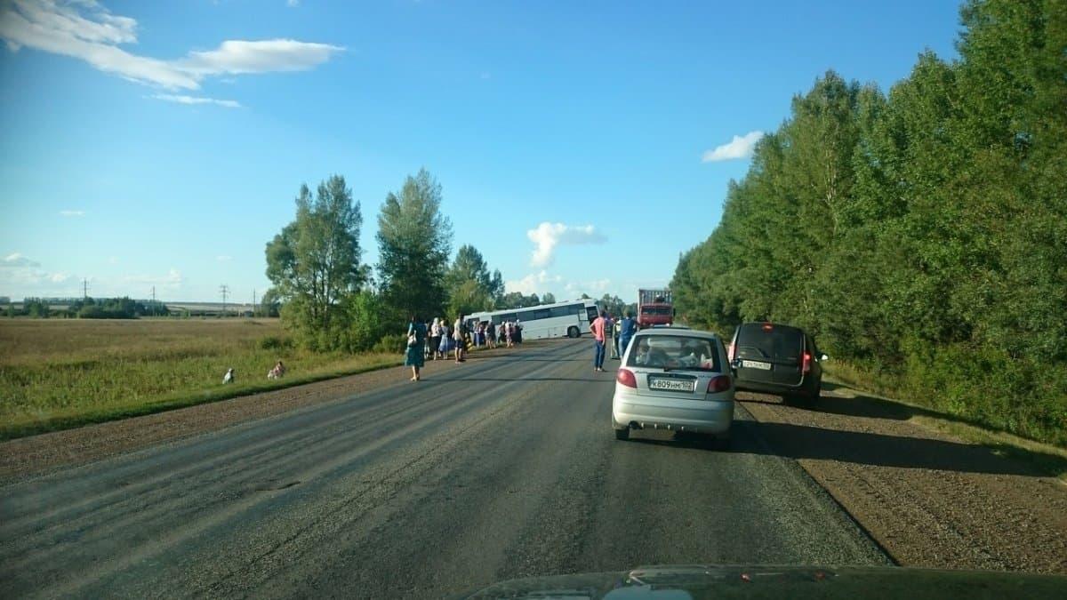 Автобус спаломниками изОренбурга съехал вкювет вБашкортостане