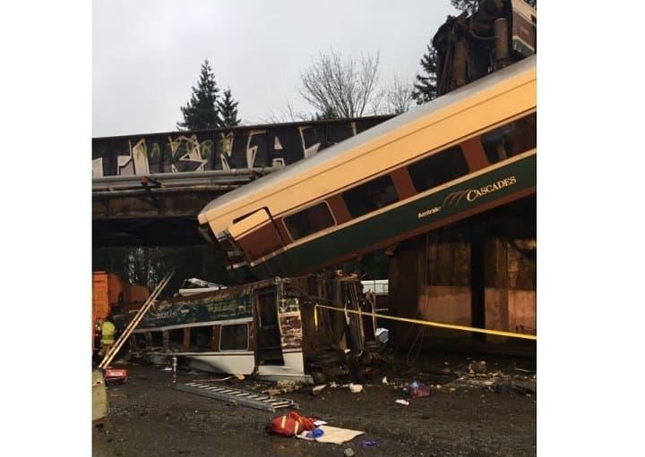 ВСША высокоскоростной  поезд упал смоста на дорогу
