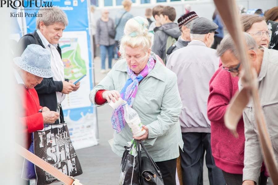 В Уфе на фестивале пенсионерки сливали бесплатное молоко в бутылки