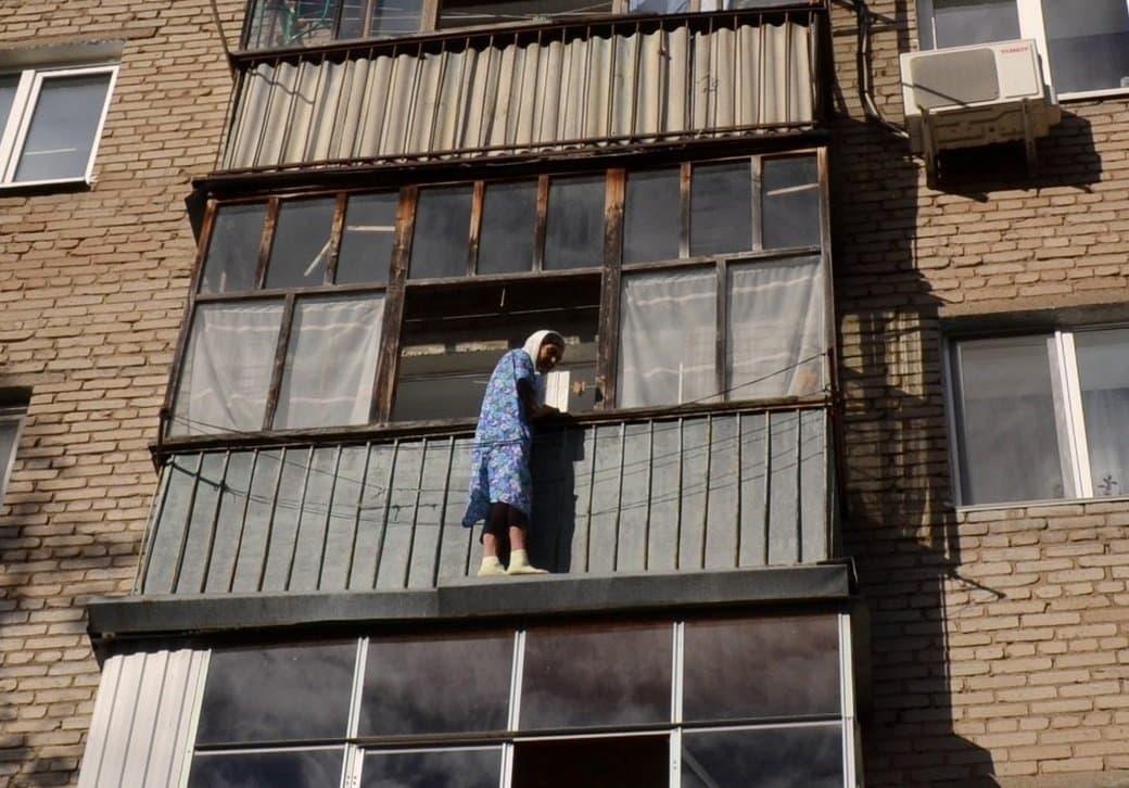 В уфе 80-летняя женщина оказалась за перилами балкона.