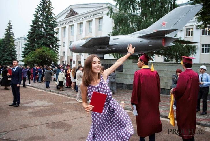 Цвет настроения красный. Более 500 выпускников УГАТУ получили дипломы с отличием