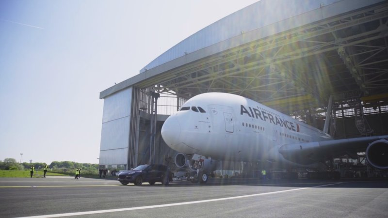 Порше Cayenne сумел взять набуксир 285-тонный аэробус Airbus