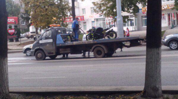 ВУфе байкер без прав протаранил вседорожный автомобиль
