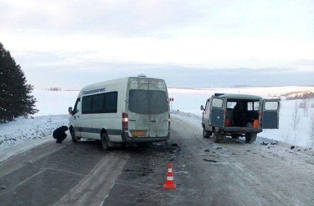 ВБашкирии столкнулись легковушка имаршрутка спассажирами
