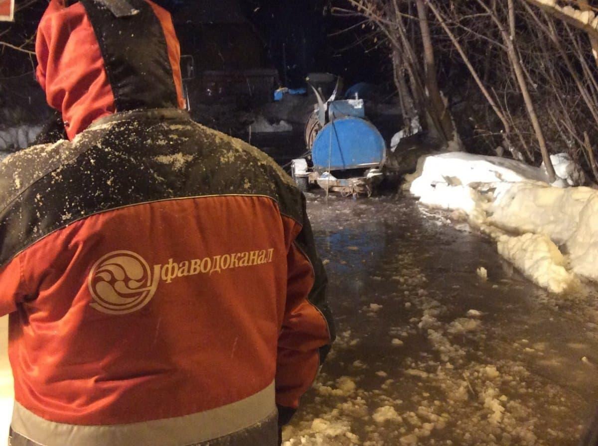 В Уфе аварийные службы экстренно ликвидируют прорыв на водной магистрали