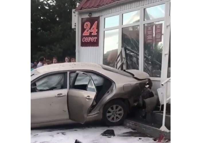 ВУфе вмикрорайоне Сипайлово иностранная машина влетела вмагазин
