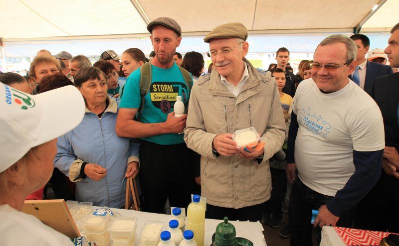 Рустэм Хамитов предложил кипятить сыр иделать творог прямо на«Молочной стране»