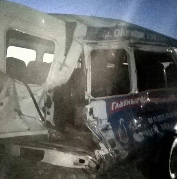 Микроавтобус столкнулся споездом нажелезнодорожном переезде под Уфой