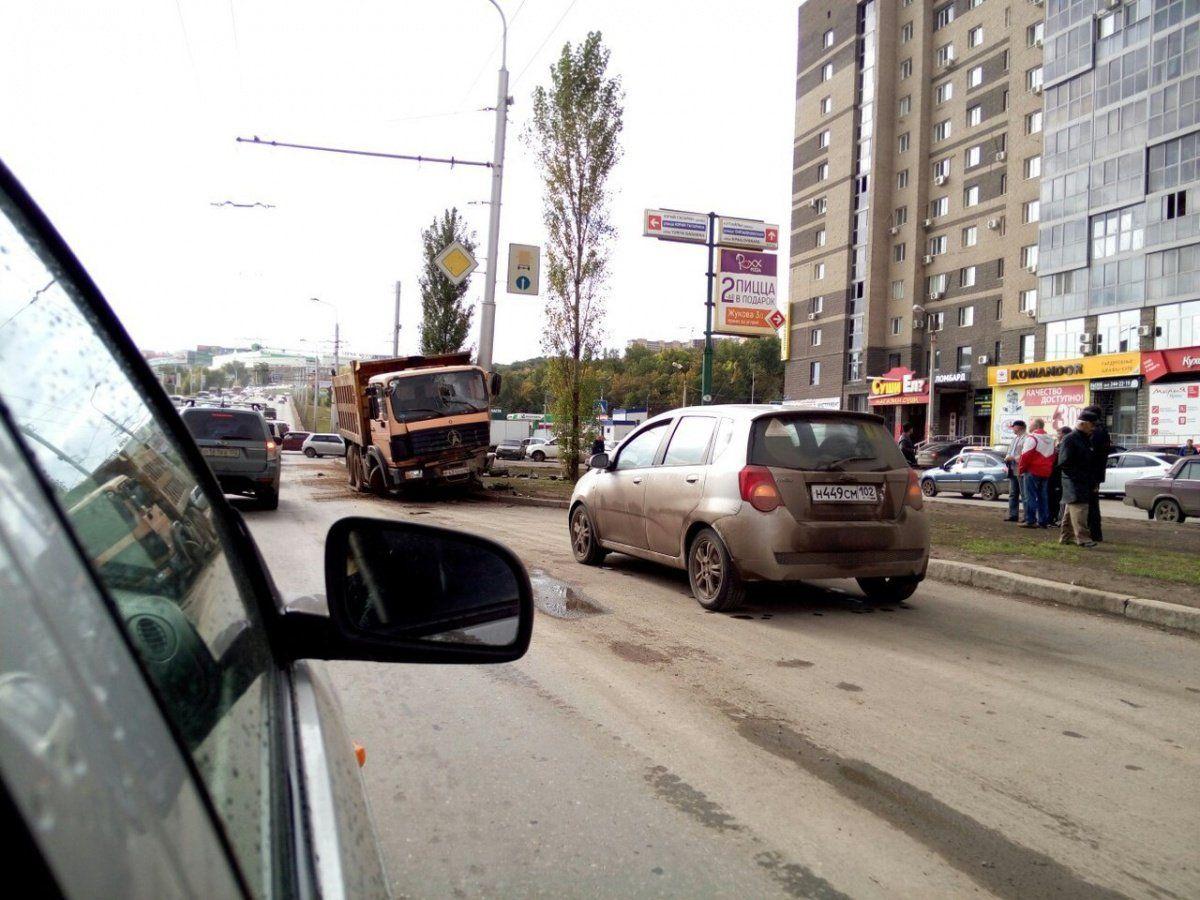 ВУфе грузовой автомобиль без тормозов протаранил столб