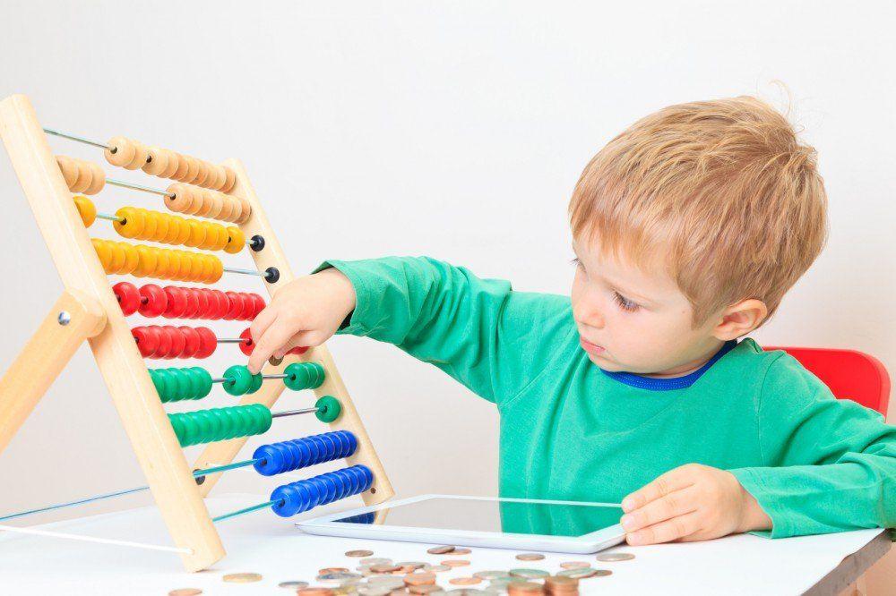 Ребенок считает картинки для детей