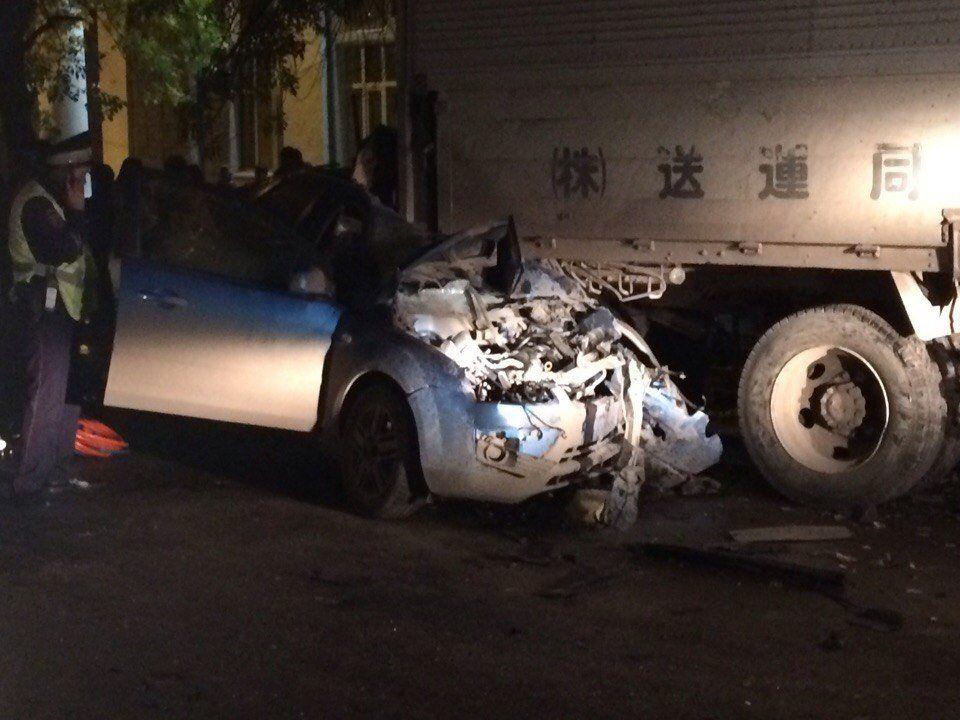 Смертельнае автоавария Уфе: Форд влетел под фургон, двое погибли