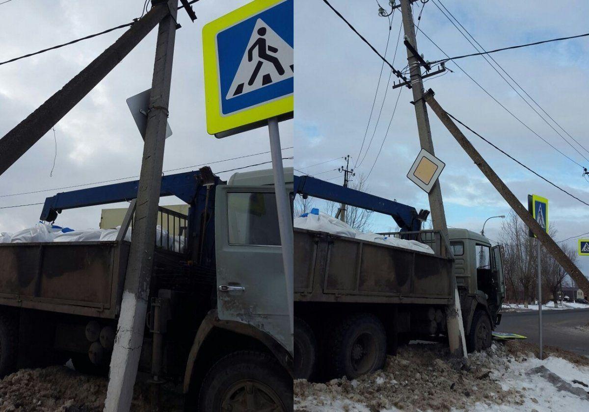 ВУфе оперативно отремонтировали электроопору, вкоторую въехал «КамАЗ»