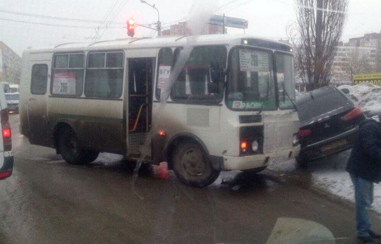 ВУфе автобус спассажирами навстречке врезался в Митцубиси