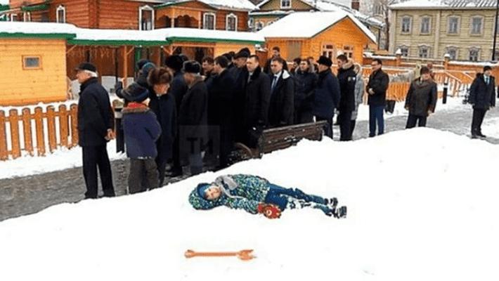 ВКазани парень притворился, что спит всугробе, увидев правительственную делегацию