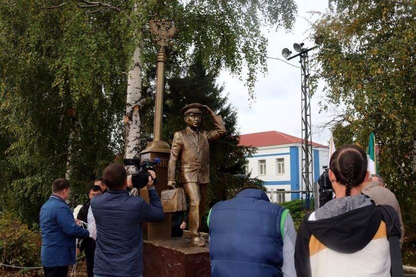 В Уфе установили памятник машинисту