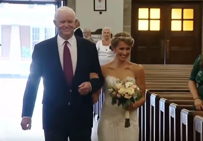 Невесту калтарю провел мужчина, вгруди которого бьется сердце ееотца