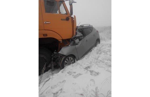Встрашном ДТП под Магнитогорском легковушка залетела под КАМАЗ