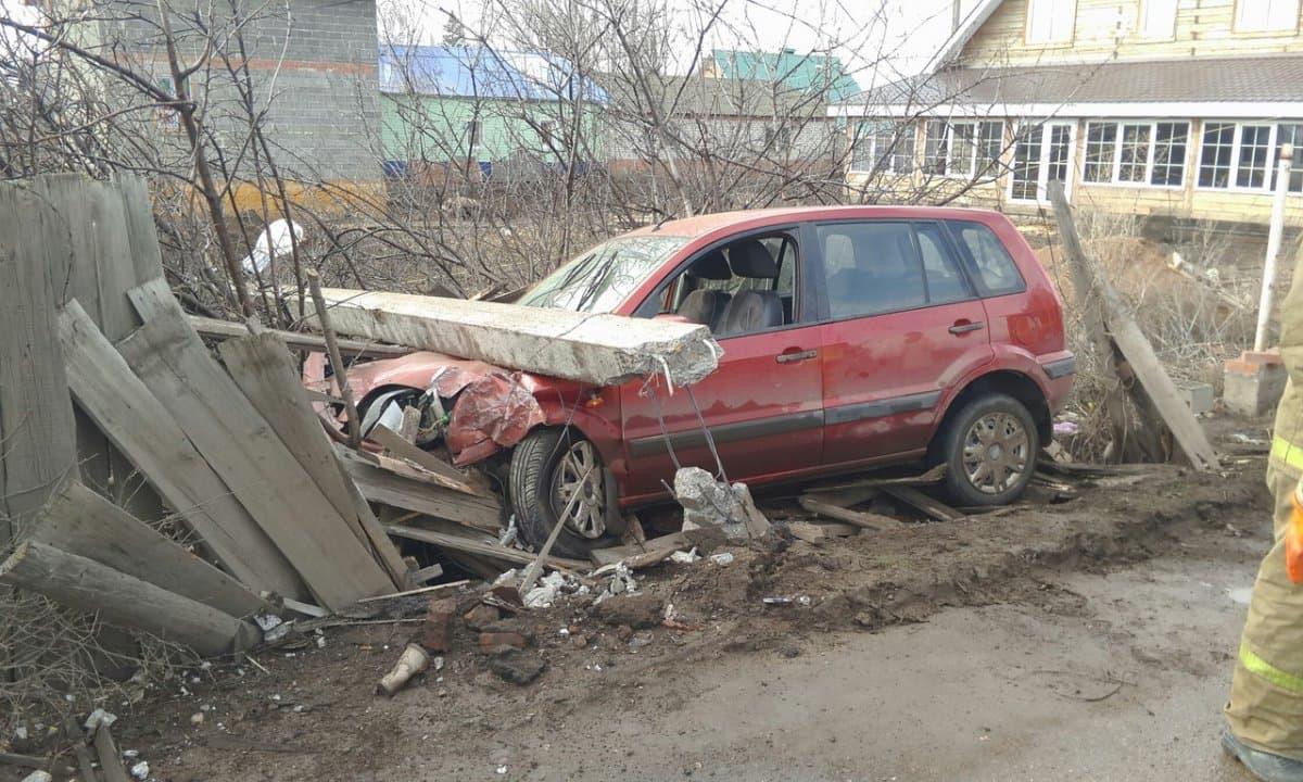 ВСтерлитамаке шофёр легковушки влетел вэлектроопору иоставил микрорайон без света