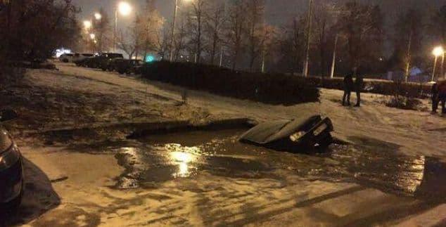 Появились фото, как легковой автомобиль пропал под землей вУфе