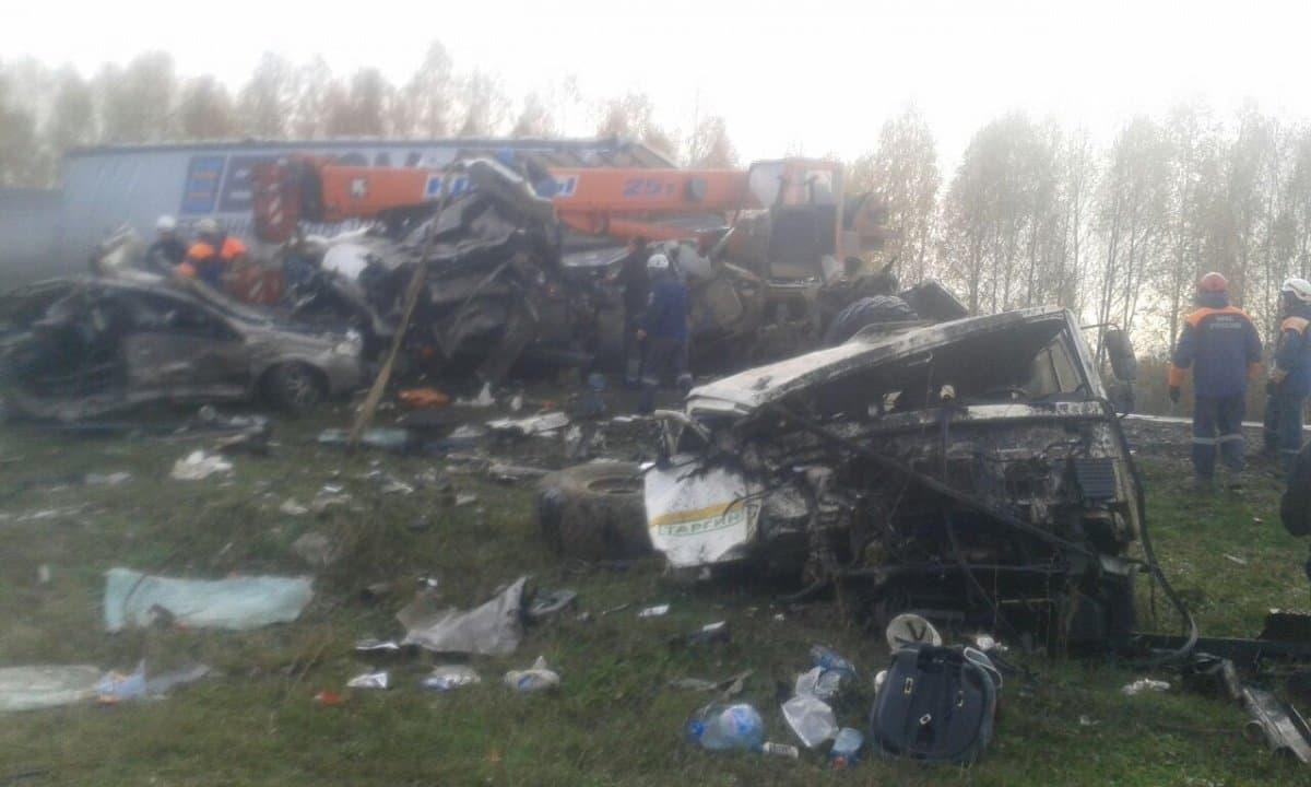 Натрассе М5 под Уфой «КАМАЗ» ифура практически раздавили легковую машину