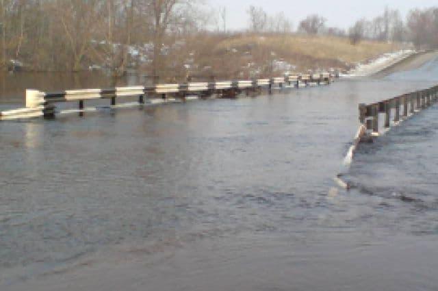 В Башкирии на автотрассе затоплен мост
