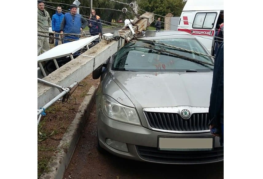 ВУфе столб вместе сэлектриком упал наприпаркованное авто