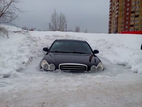 ВУфе припаркованный автомобиль на50% вмерз влед