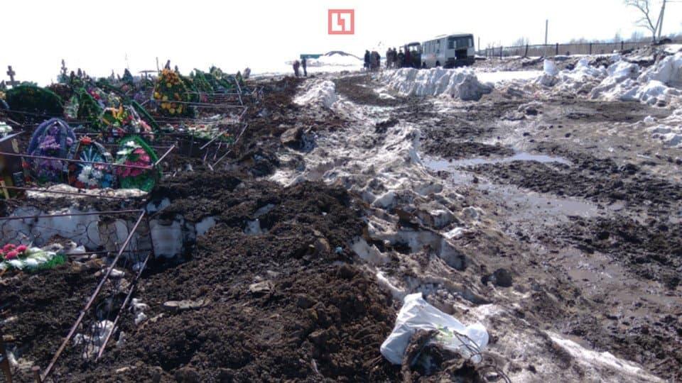 Видео - В Уфе дорога к Северному кладбище стала непроходимой