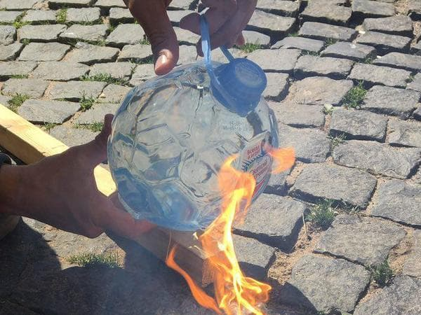 Ашан и Лента перестали продавать воду в пожароопасных бутылках с эффектом лупы