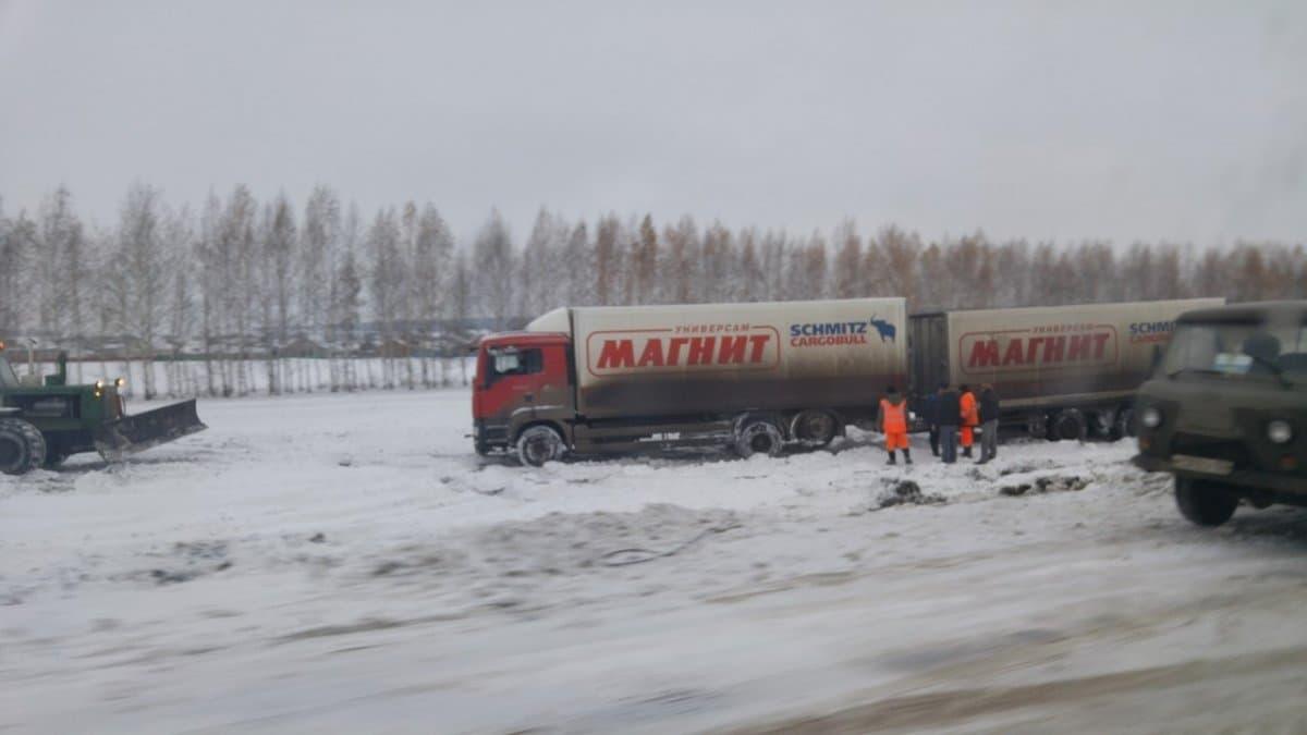 В Башкирии трактор вытащил фуру из снежного плена