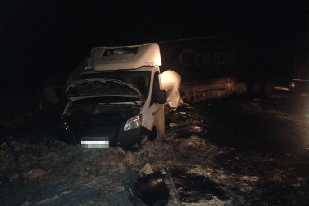 Новгородский дальнобойщик умер встолкновении трёх фургонов вБашкирии
