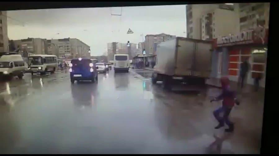 Видео – В Уфе ребёнок выскочил под колёса автомобиля