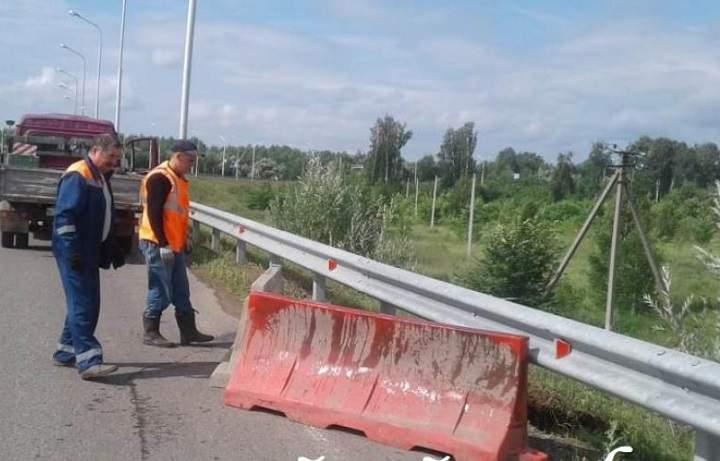 ВУфе размыло грунт под дорогой, частично обрушился асфальт