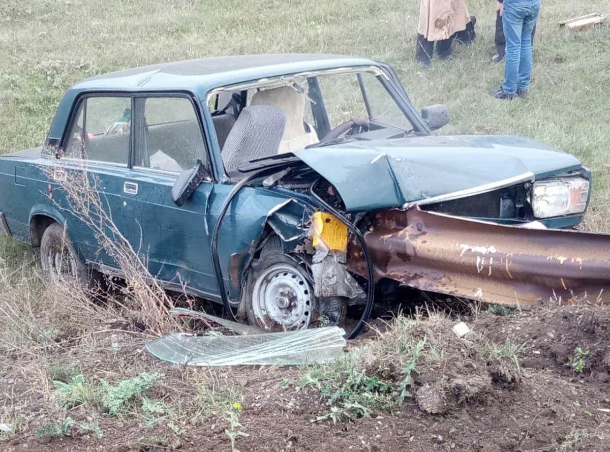 ВБашкирии, вылетев с дороги, «ВАЗ-2107» врезался вотбойник