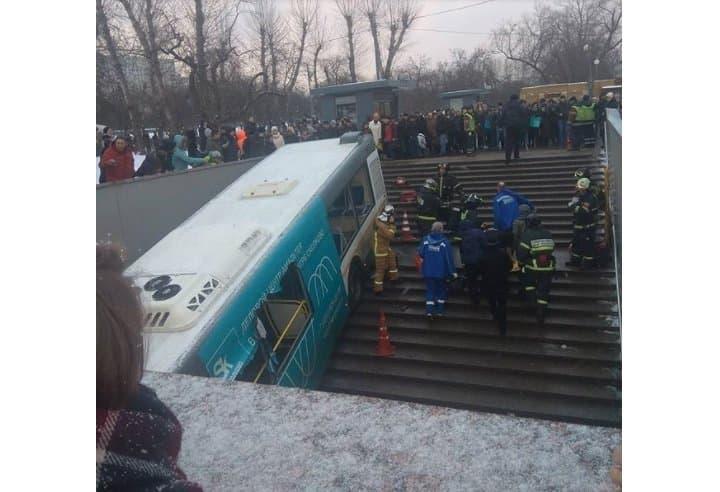 В российской столице автобус въехал вподземный переход станции метро «Славянский бульвар»