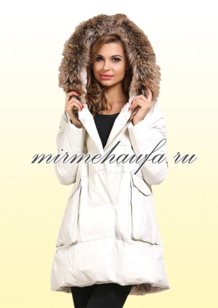 Белая пуховая жилетка с капюшоном и натуральным мехом купить пуховик moncler официальный сайт