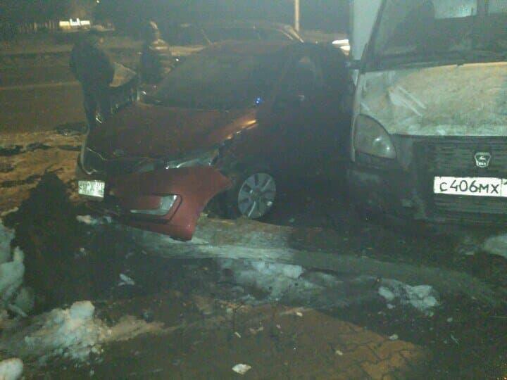 ВУфе автомобиль врезался вдерево и в иные машины